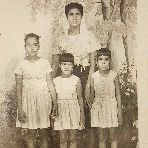 Moeder Tjandermatie, samen met de zussen van Widjai.