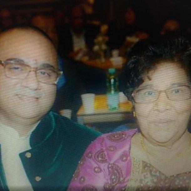 Widjai, samen met zijn moeder Tjandermatie op haar 80e verjaardag.