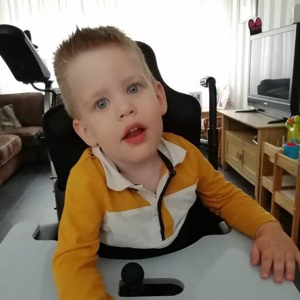 Jason in zijn rolstoel.