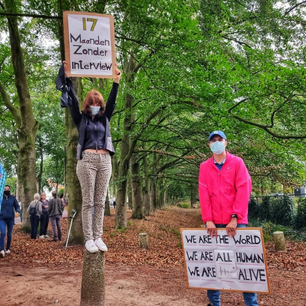 Ali en zijn zus demonstreren bij het azc in Zutphen