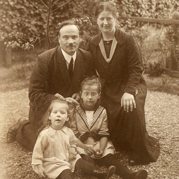 Het gezin Schaft, Annie zit links voor op de foto.