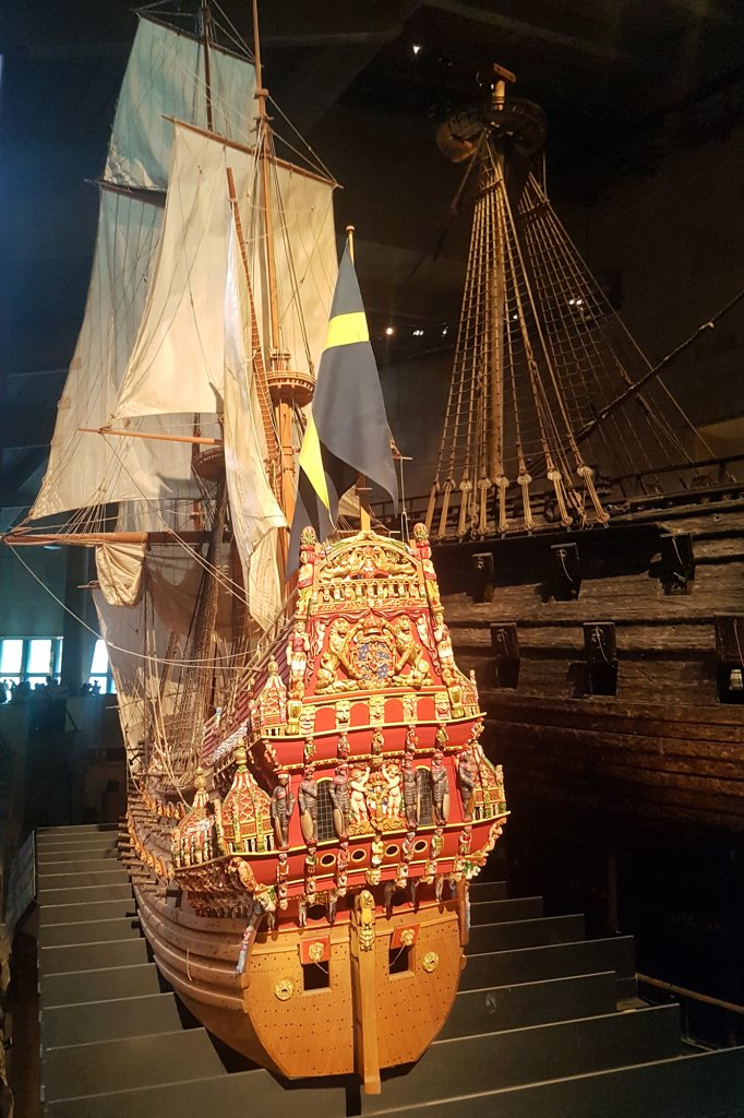De replica met op de achtergrond de echte Vasa
