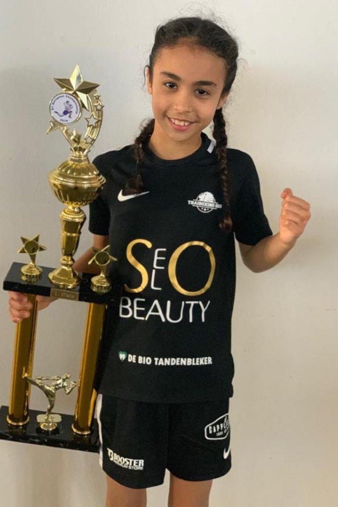 Op Instagram plaatst Amira foto's van haar trofeeën.
