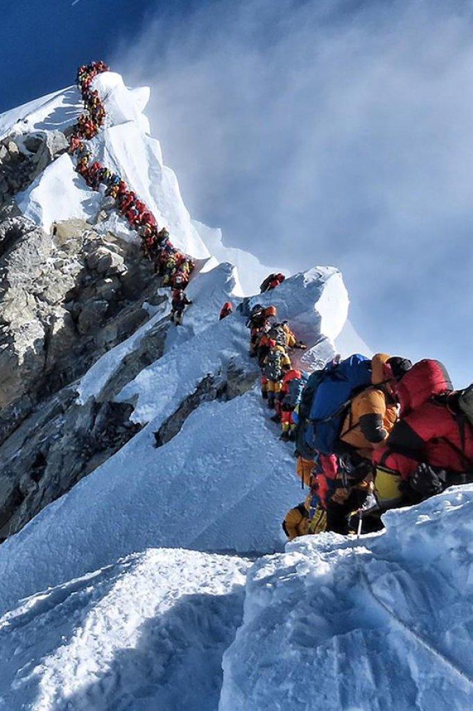 Drukte richting de top van de hoogste berg ter wereld.