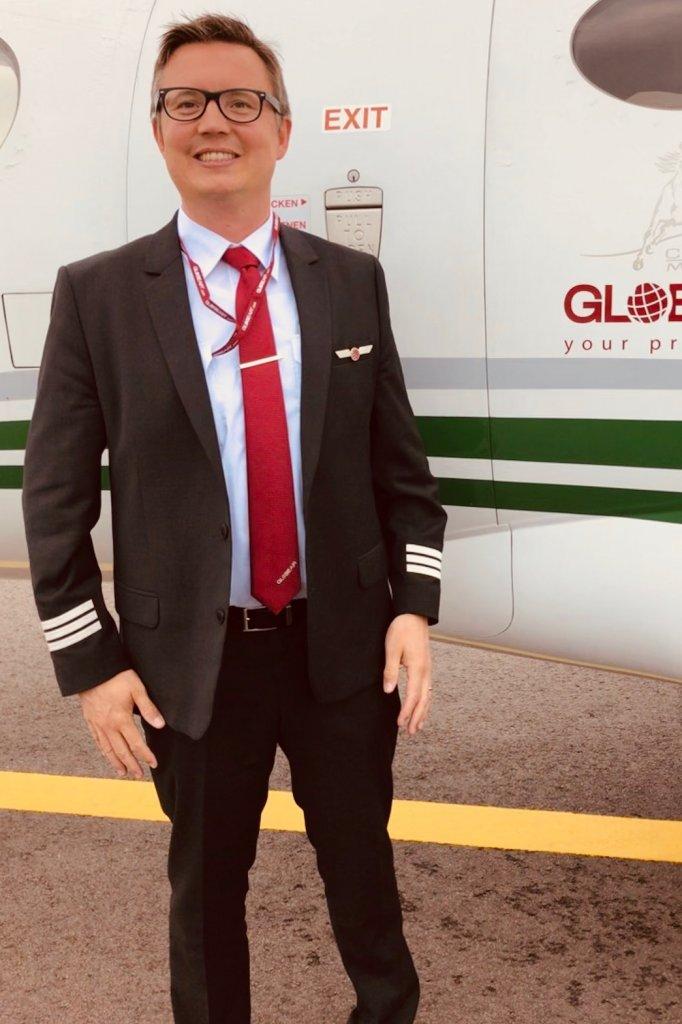 Rienk Stuive voor zijn vliegtuig.