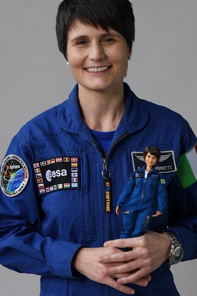 Samantha Cristoforetti met de ruimtebarbie.