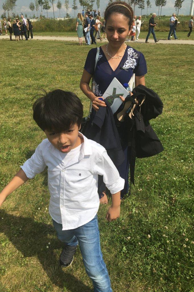 Asmaa Aljuned, de vrouw van de overleden co-piloot, en hun 5-jarige zoon.
