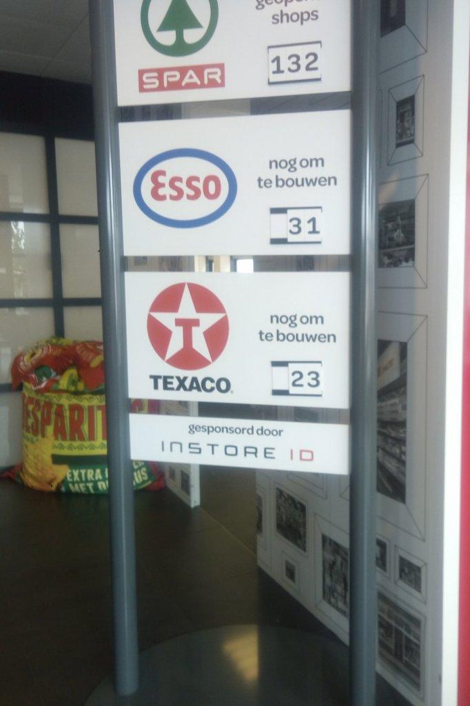 Bij de ingang van het hoofdkantoor van Spar in Waalwijk staat een bord waarop staat hoeveel filialen er nog moeten worden omgebouwd