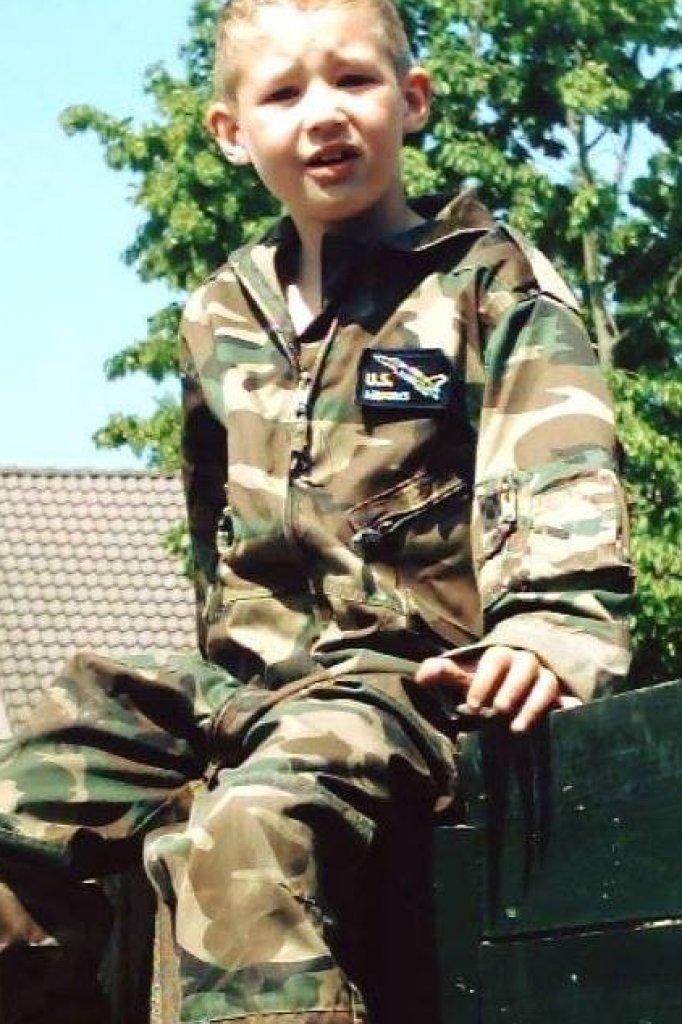 Jesse als klein mannetje. Inmiddels is hij 23 en zit hij in het leger.