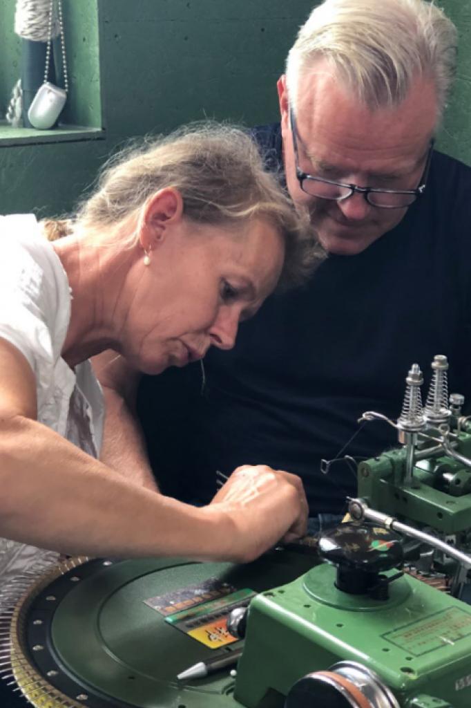 Reina Ovinge en Ron Beckers maken garen van Nederlandse wol.