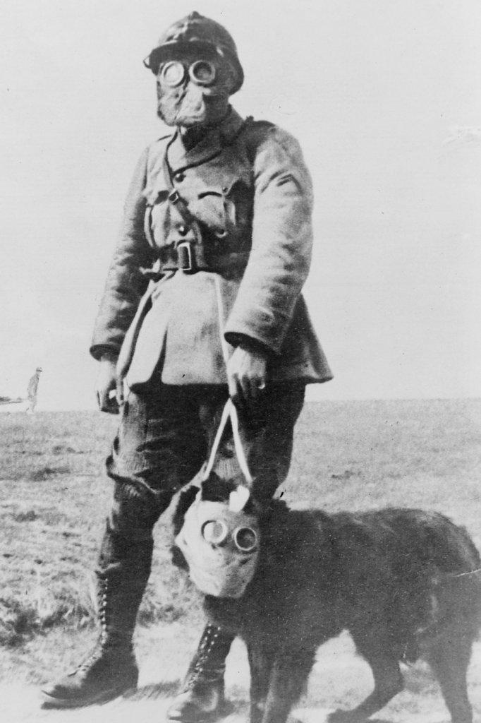 Gasmaskers op. Een Franse soldaat met hond tijdens WOI.