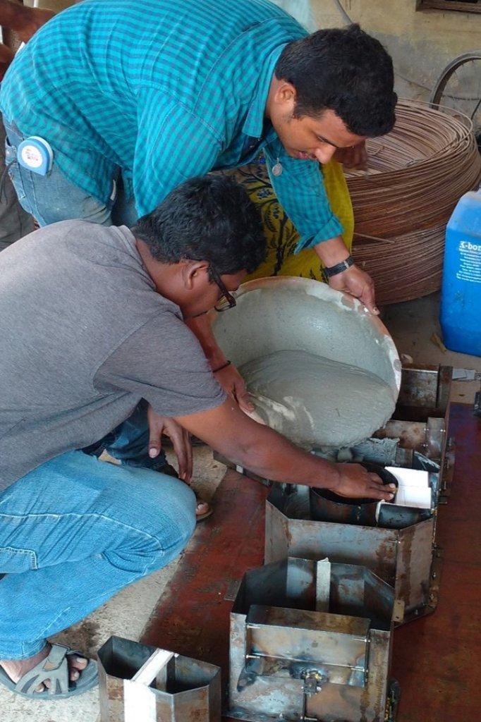 Bewoners van de Indiase sloppen kunnen de oventjes zelf maken van cement.