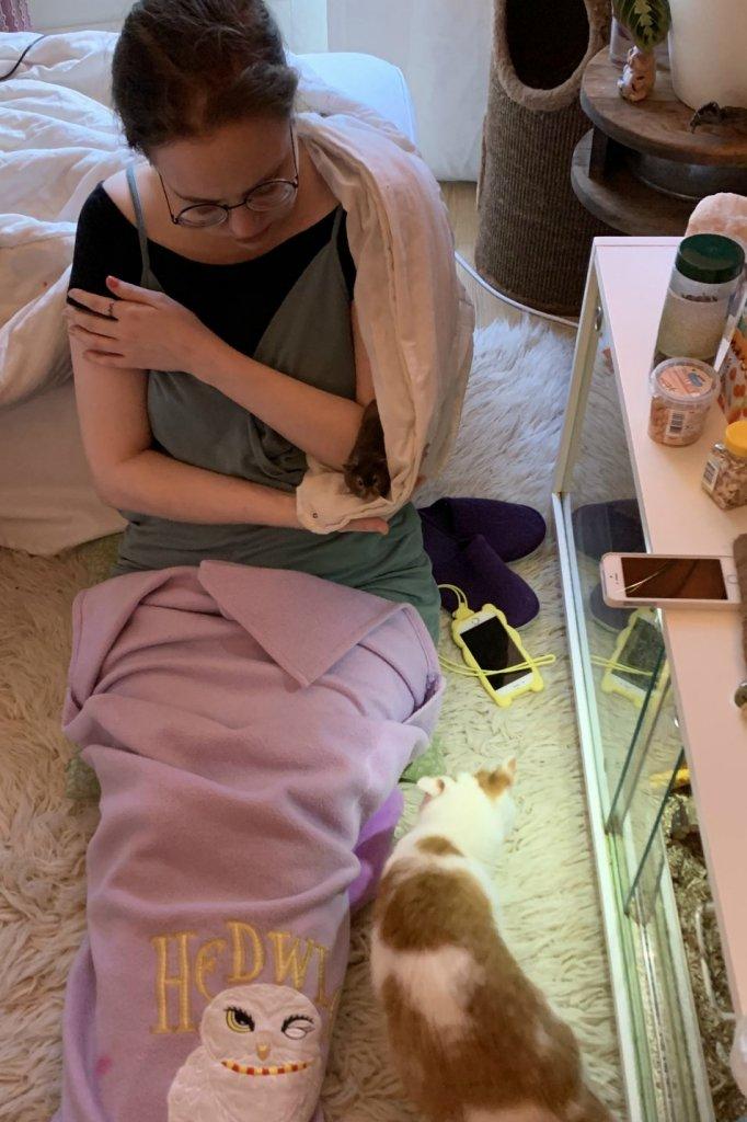 Annika in haar woonkamer