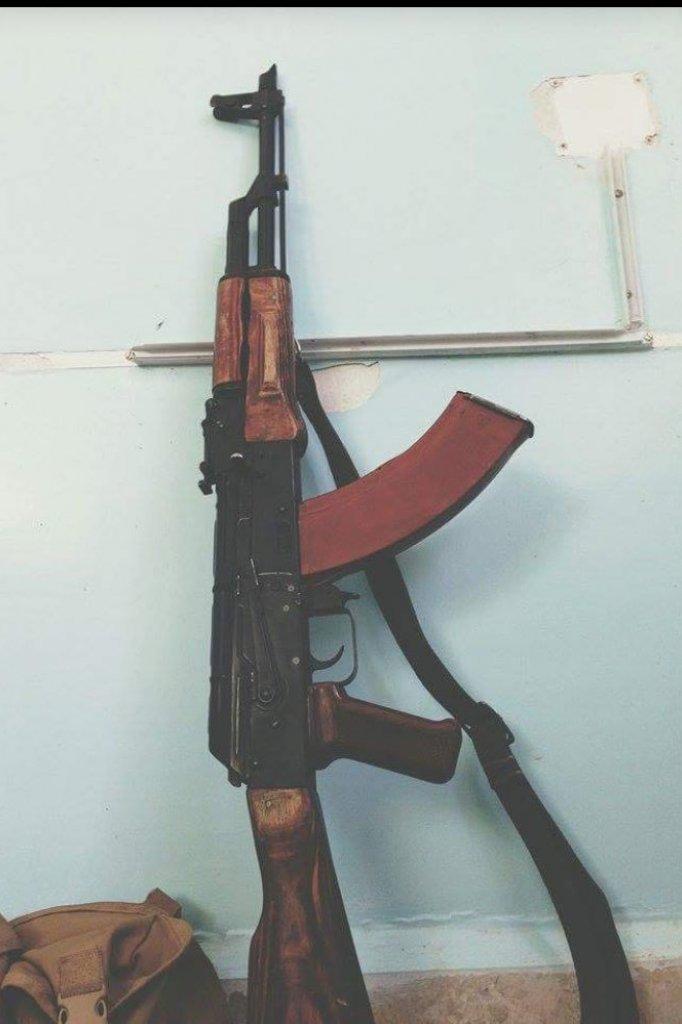 De foto van een kalasjnikov die Stoter kreeg opgestuurd als bedreiging.