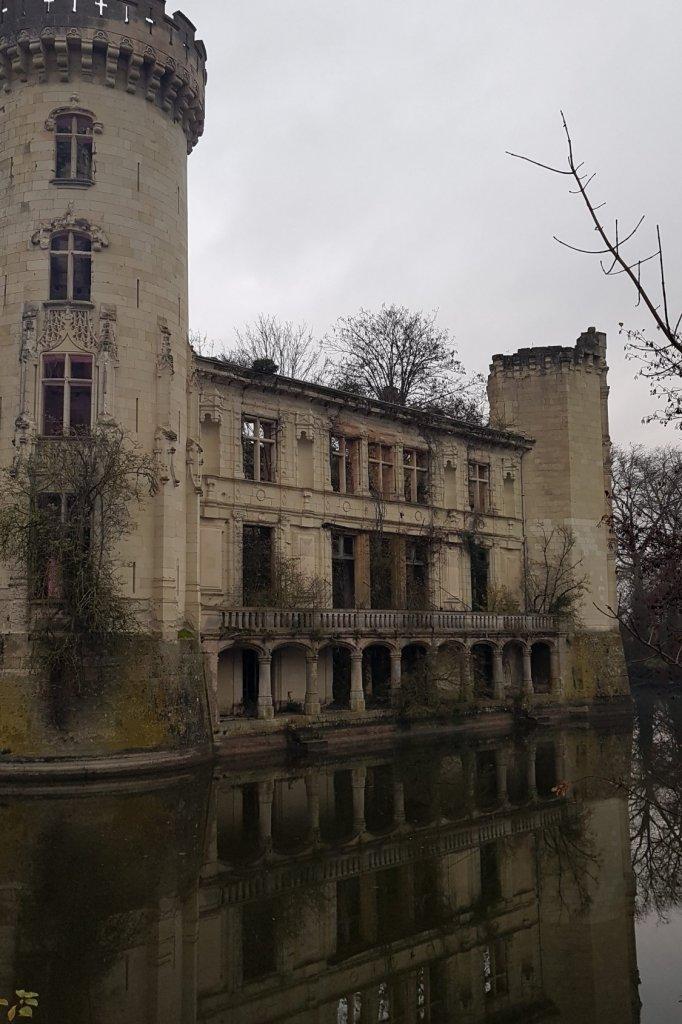 Het Chateau de la Mothe-Chandeniers is flink overgroeid (maar heeft nog wel een slotgracht).
