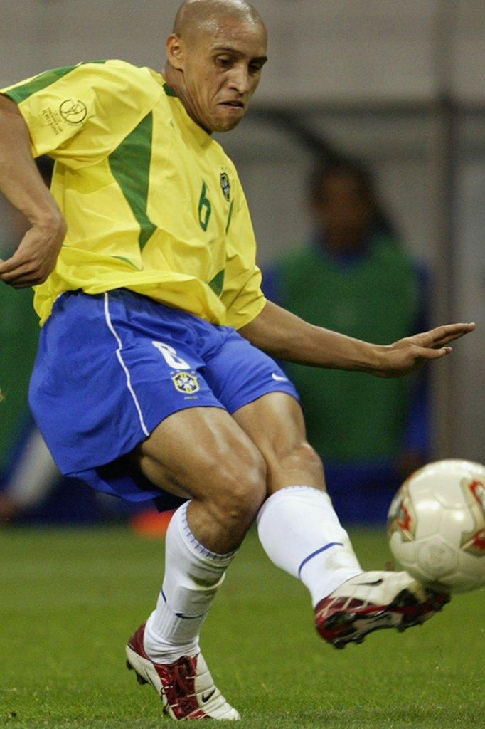 Roberto Carlos in actie tijdens het WK 2002.