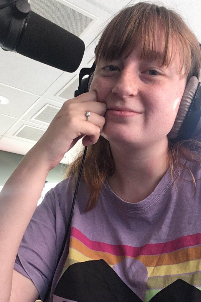 Claire tijdens een opname van de podcast
