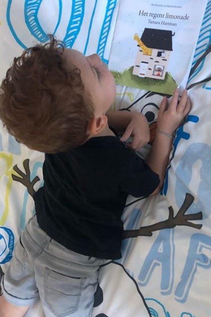Jonah met het boek van zijn moeder