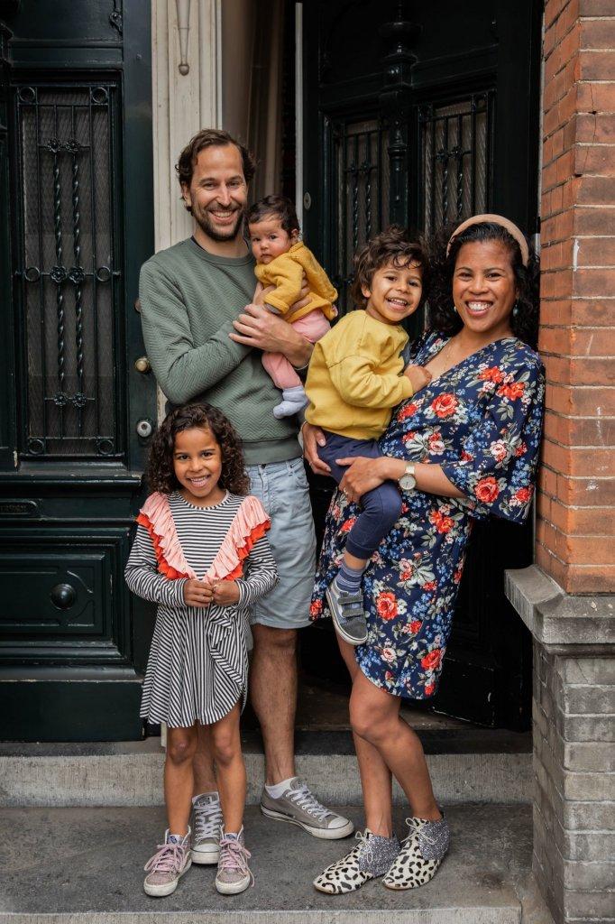 Een deurportret van Alexis de Jong, samen met haar gezin.