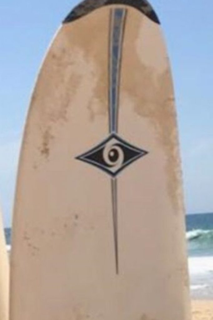 Als de surfplank van de vermiste surfer wordt gevonden, dan levert dat hopelijk aanwijzingen op over waar zijn lichaam is.