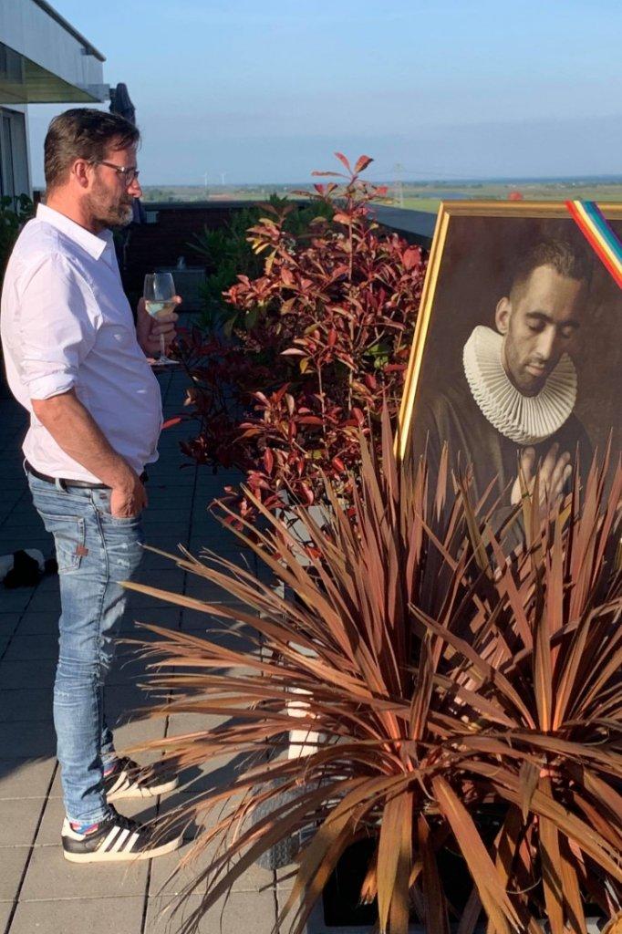 Jan bij een kunstwerk waarop Saïd staat.