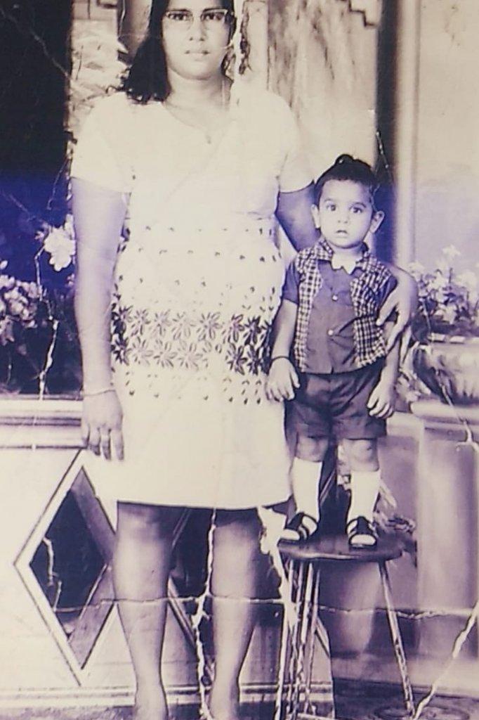 De kleine Widjai met zijn moeder, vlak voor hun vertrek naar Nederland.