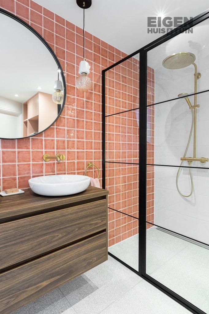 Een chique badkamer met héél veel roze voor Kim | RTL Nieuws
