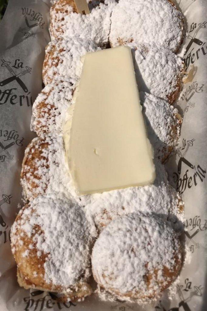 De klassieke versie van de poffertjes met boter en poedersuiker.