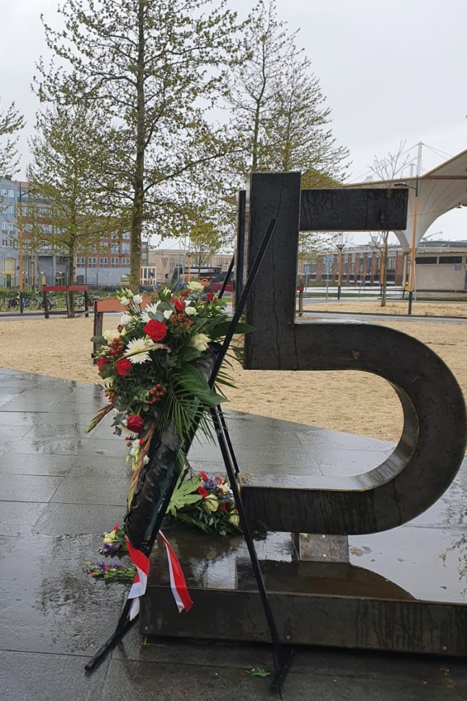 Vanaf de zijkant is het monument een vijf, voor 5 mei