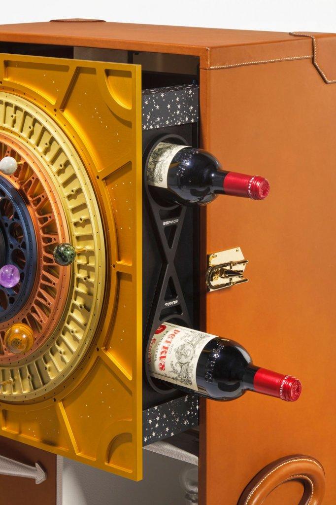 De wijn wordt verkocht in een mooie houten kist.