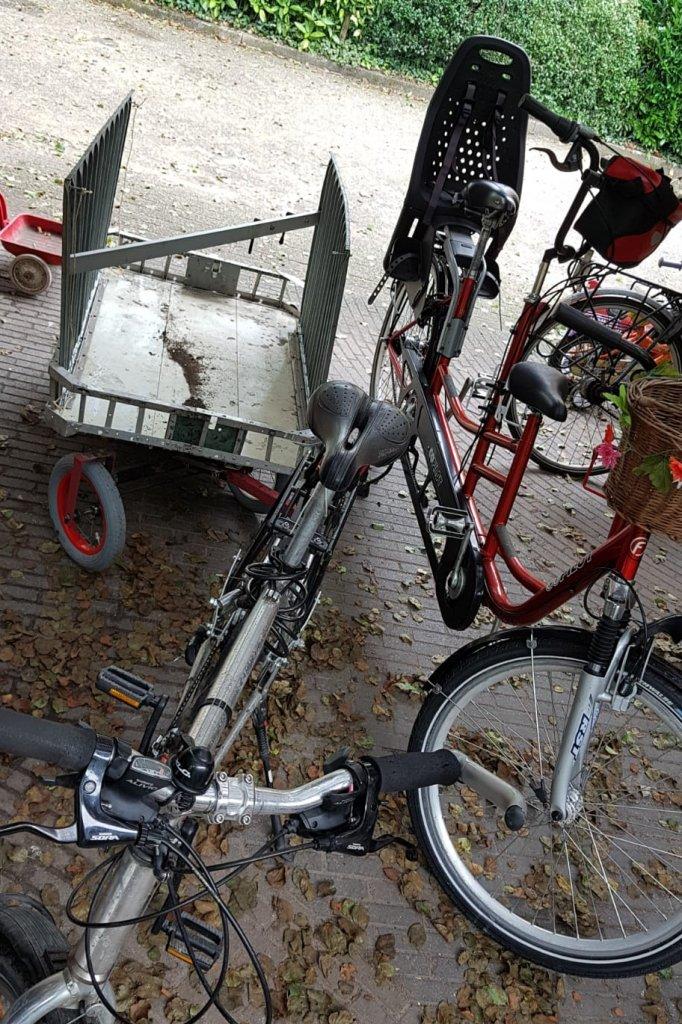 De fietsen met het karretje erachter voor de spullen van het gezin