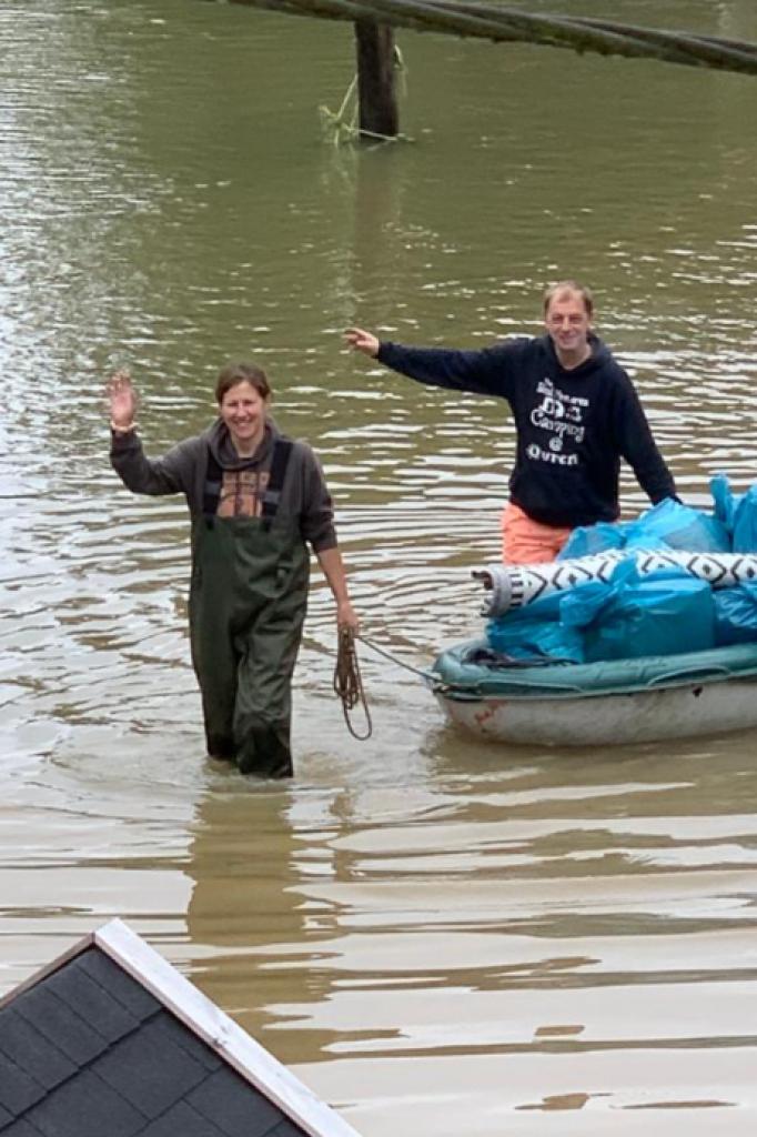 Harry en Jeanet brachten vorige week nog een deel van de spullen van campinggasten in veiligheid.
