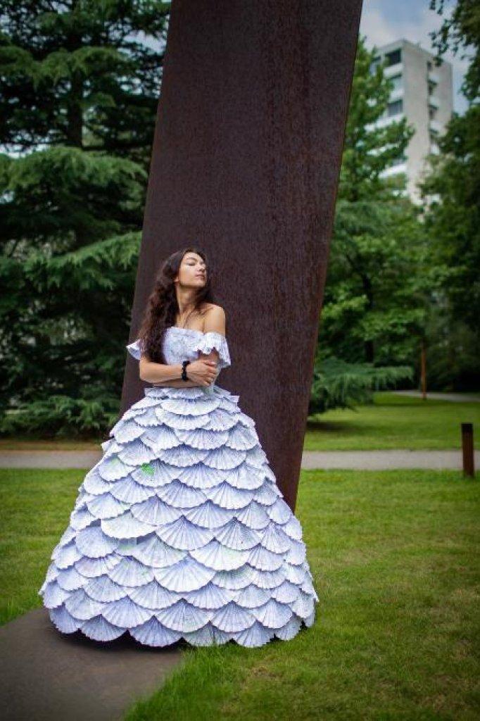 Chuncheva in de papieren jurk
