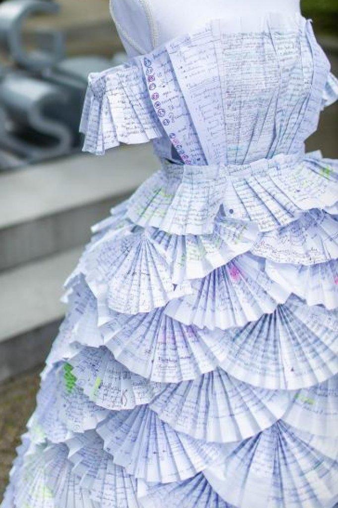 De jurk bestond uit zo'n 120 vellen papier