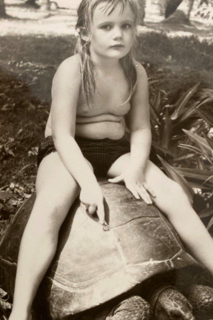 Yolanda op een schildpad op de Seychellen.