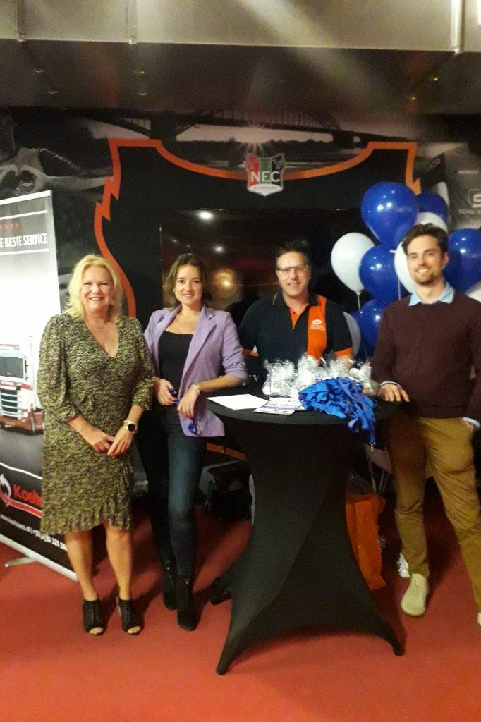 Pieta Bekers (links), hr-manager bij De Klok Logistics, en collega's op de open dag.